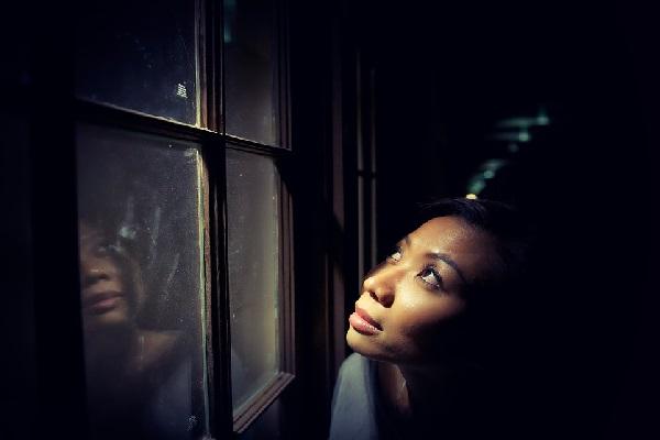 Un rostro en la ventana 1